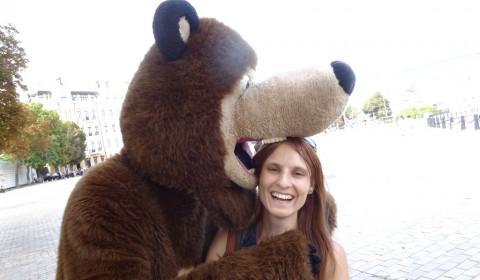 """Tabea wird vom Bären """"vernascht"""""""