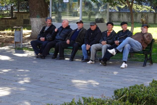 Herrenrunde vor dem Stalinmuseum in Gori