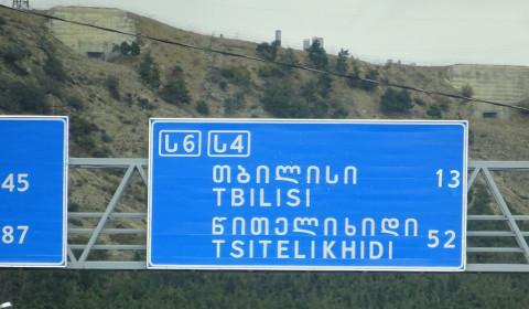 Straßenschild mit Tiflis