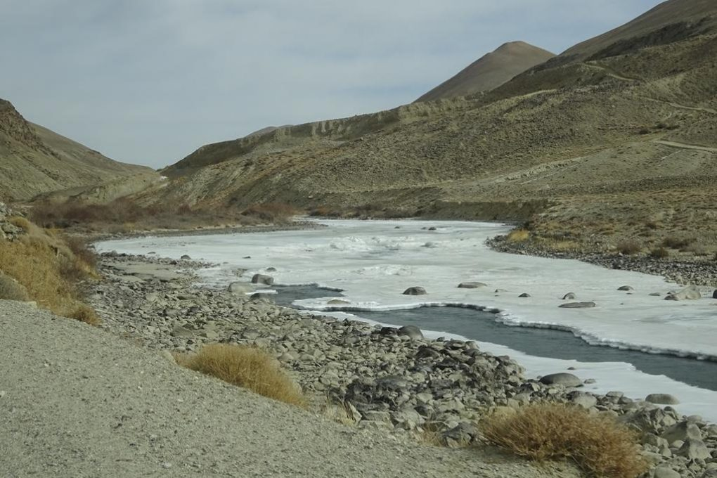 Zugefrorener Grenzfluss