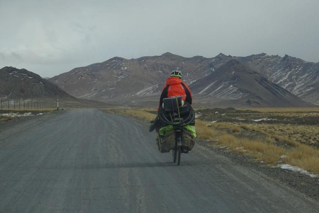 Mutiger Fahrradfahrer im Winter