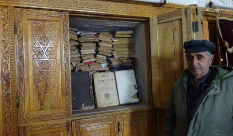 Schriften in der Gumbaz Synagoge