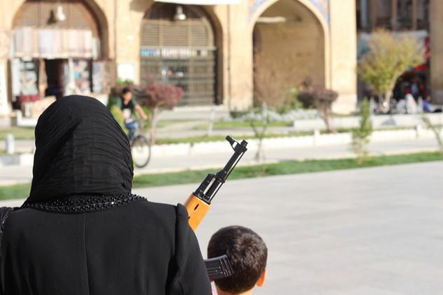 Optische Täuschung Mutter und Kind mit Spielzeugpistole