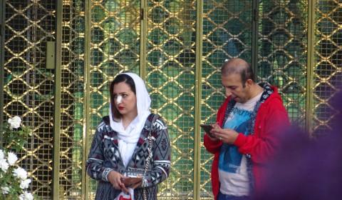 Iranerin mit Nasenpflaster
