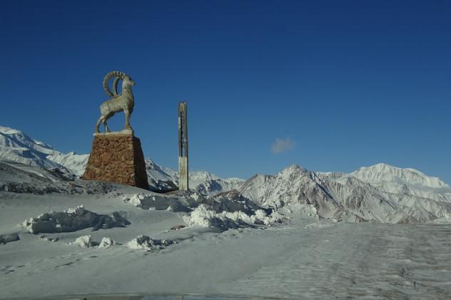 Kyzylart Pass mit Statue eines Marco Polo Schafes