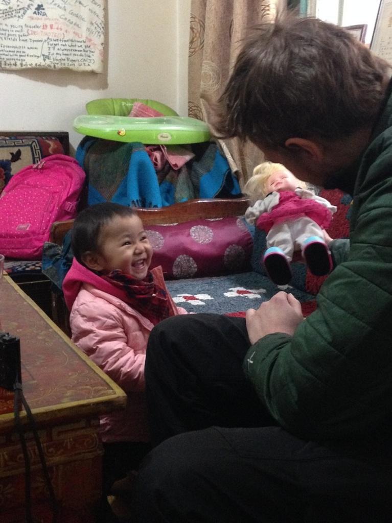 Matthias mit seiner kleinen tibetischen Freundin