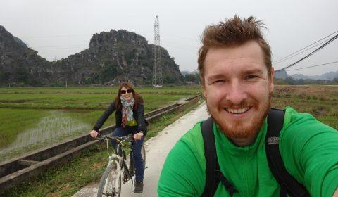 Fahrradfahren in der trockenen Halong Bucht