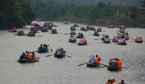 Touristenboote zur Trang An-Grotte