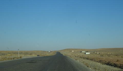 Autofahrt entlang der Wüste