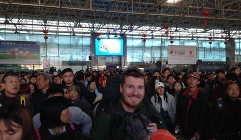 Matthias im Menschengedränge auf dem Bahnhof