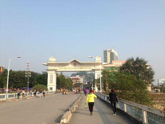 Brücke bis zum vietnamesischen Grenzübergang