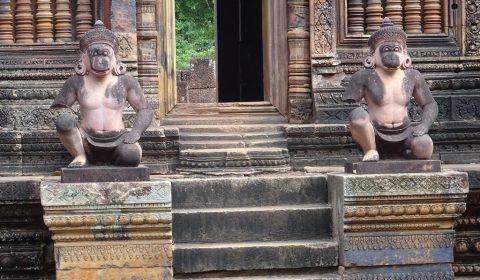 Wächterfiguren mit Affenkopf