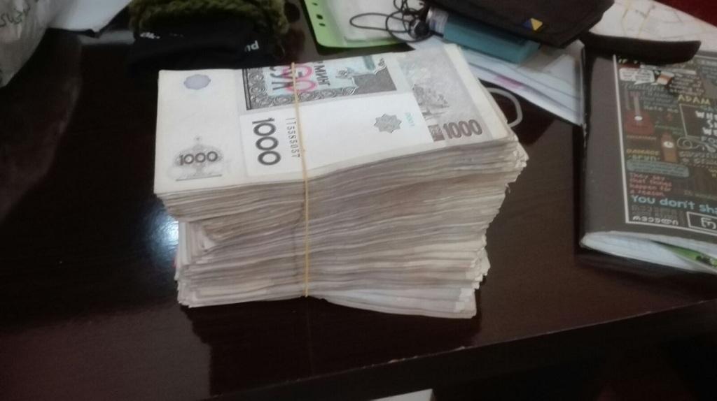 Geldbündel mit usbekischen Sum