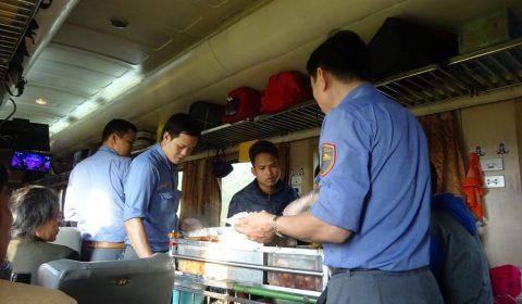 Essen im Zug auf der Zugfahrt nach Tuy Hòa