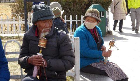 Tibeter mit Gebetsmühlen