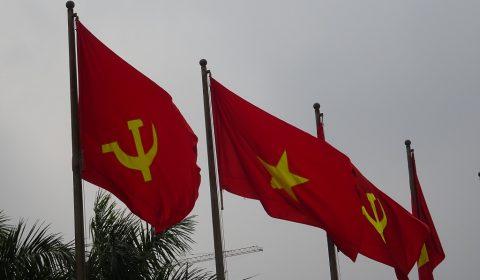 Kommunistische und vietnamesische Flagge