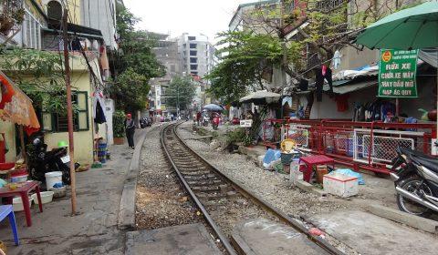 Zuggleise durch ein Wohnviertel