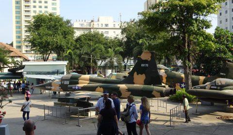 Militärflugzeug am Museumsvorplatz
