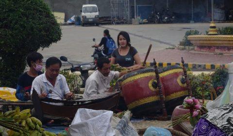 Musiker an der Ta Dambang Statue